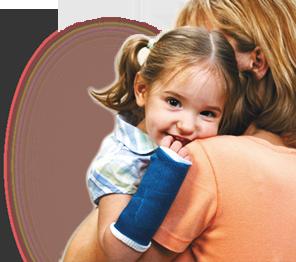 Dziecko z lekkimi gipsami na kończynach